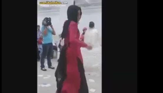 Türbanlı kız ne içtiyse dağıttı