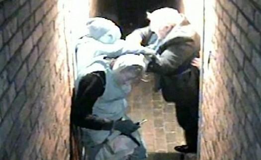 Evde 3 hırsızla burun buruna gelince