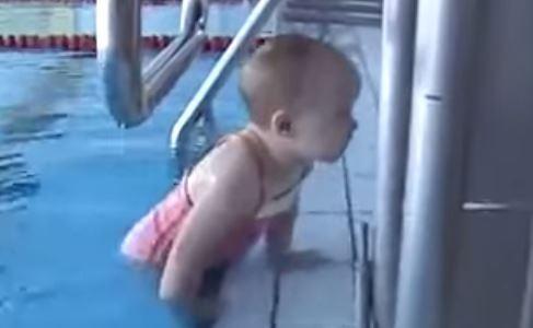 2 Yaşındaki Bebekten Yüzme Şovu!