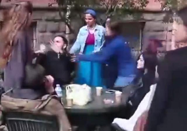 Tacizci genci kızlar tekme tokat dövdü